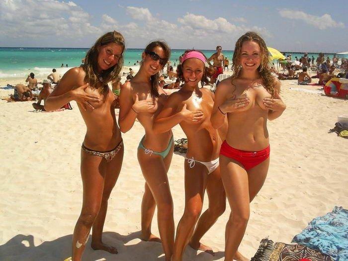 Девушки топлес на пляже. Часть 2 (50 фото)
