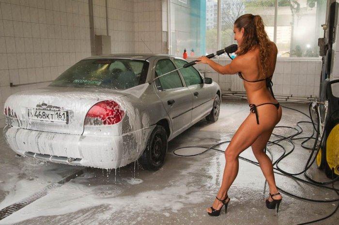 Девушки в бикини моют машины (27 фото)