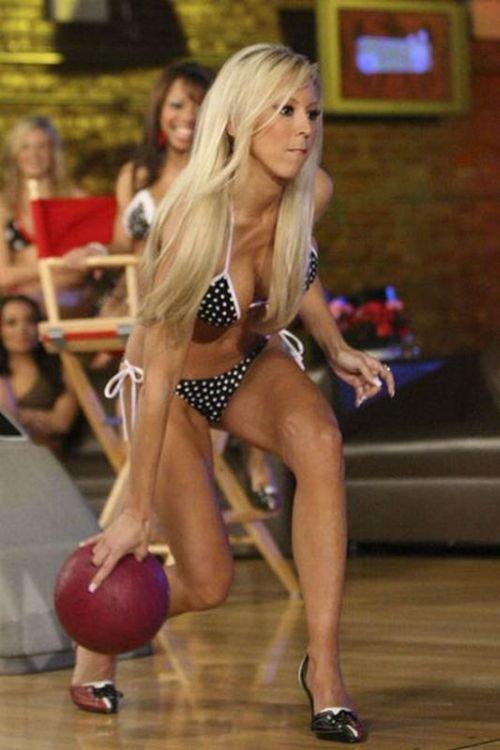 Девушки в бикини играют в боулинг (19 фото)