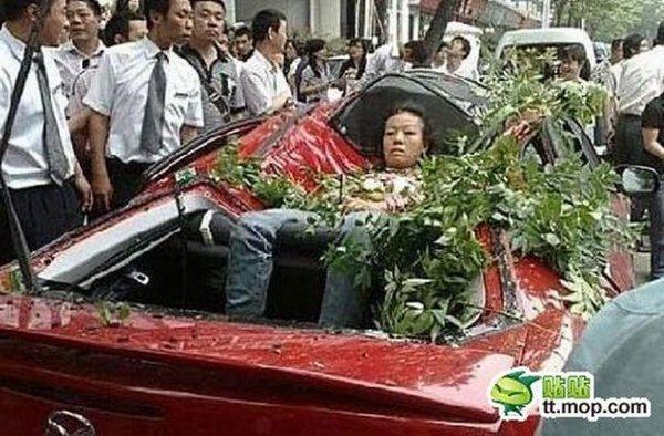 Женщина выжила при падении с 27 этажа (3 фото)