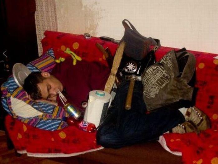 Издевательства над пьяными людьми (17 фото)
