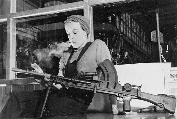 Девушки с оружием (43 фото)