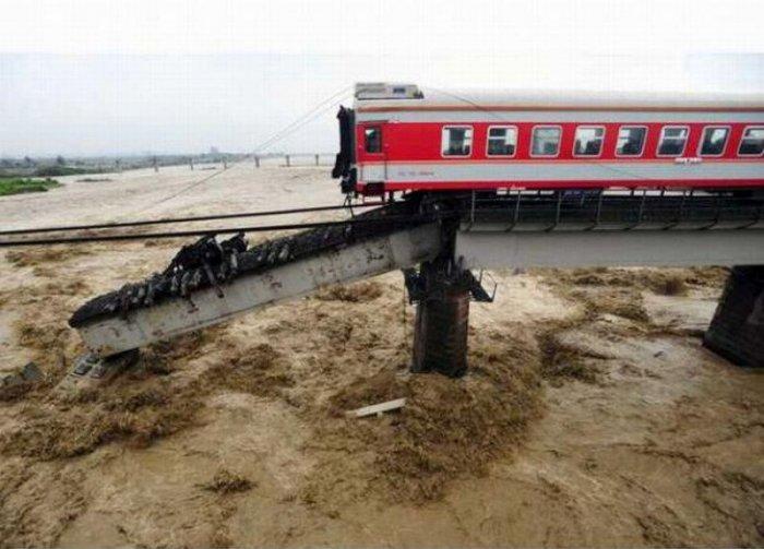 Поезд рухнул с моста (6 фото)