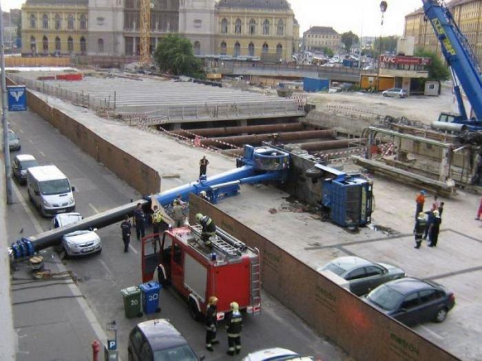 Кран упал на машину (7 фото)