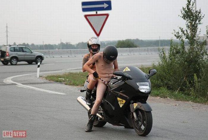 Голышом на мотоциклах (13 фото)