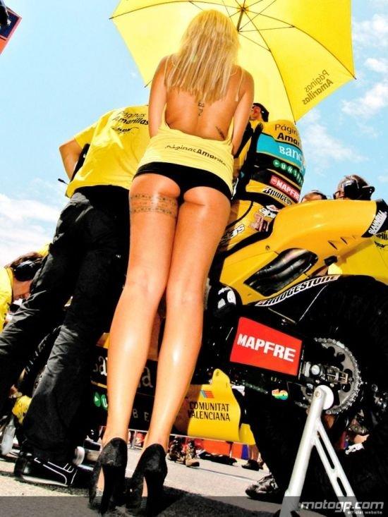 Девушки на гонках (66 фото)
