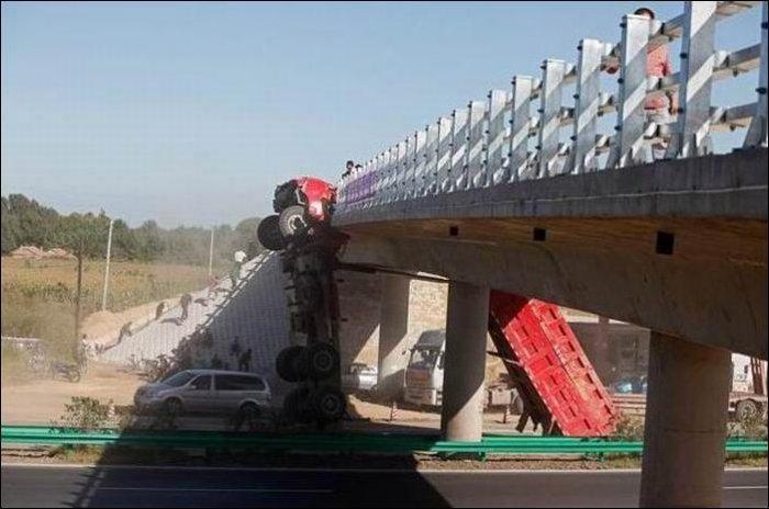 Грузовик зацепился за мост (4 фото)