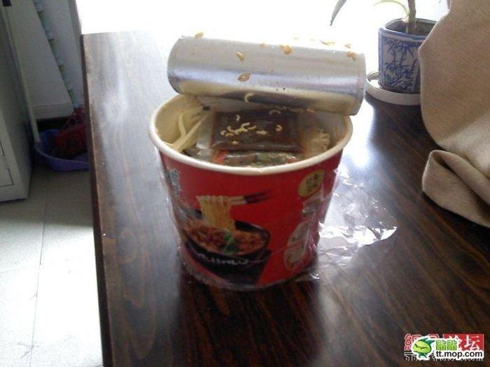 Сюрприз в лапше быстрого приготовления (4 фото)