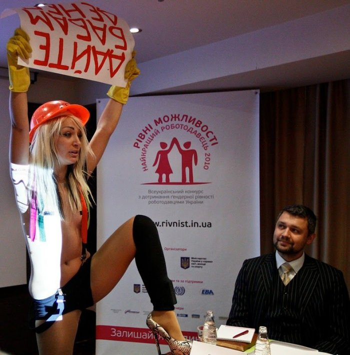 Очередная топлес-акция от Femen (9 фото)