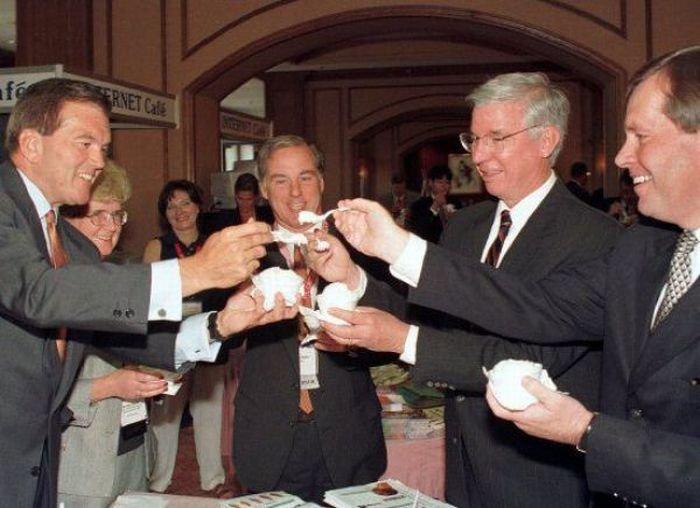 Политики едят мороженное (44 фото)