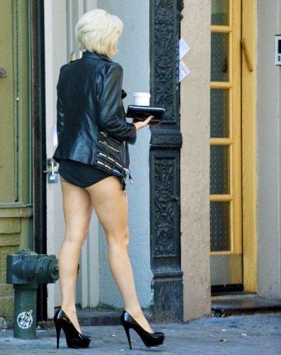 Леди Гага на улице в трусах (17 фото)