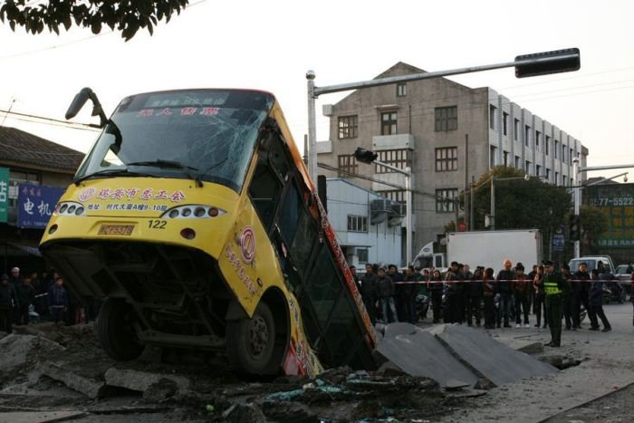 Огромный провал посреди дороги (5 фото)