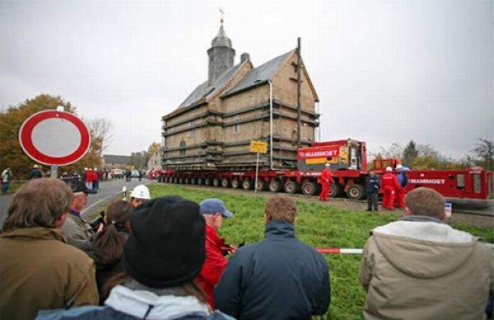 Перевозка старинной церкви (15 фото)