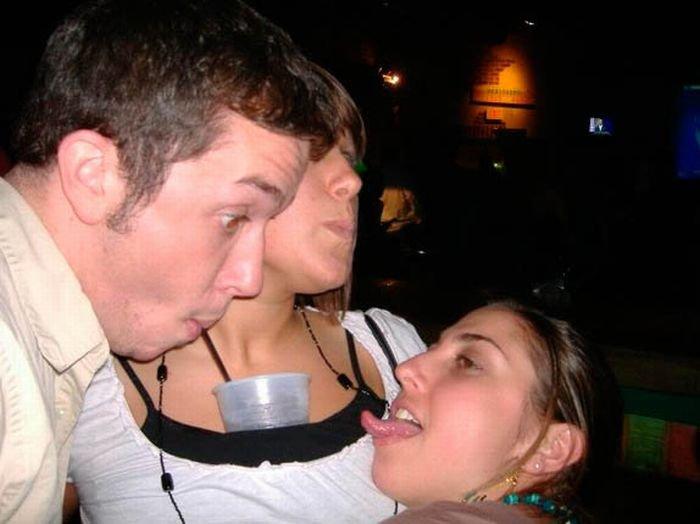Девушки пьют из грудей своих подружек (27 фото)