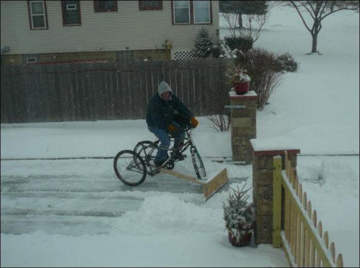 Как убирать снег с помощью велосипеда (2 фото)