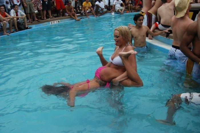 Конкурс девушек в мокрых футболках (27 фото)