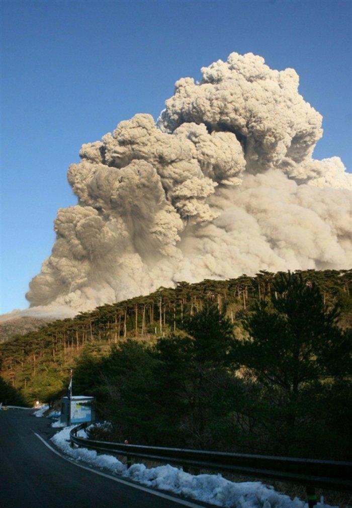 Извержение вулкана в Японии (6 фото)