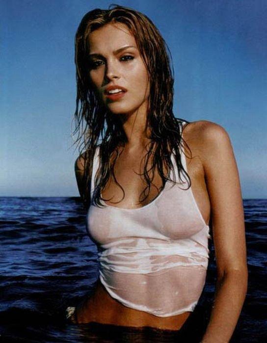 Девушки в мокрых футболках (75 фото)
