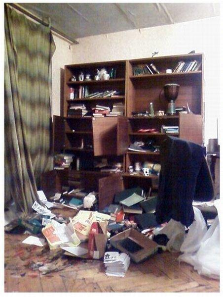 Квартира после обыска (4 фото)