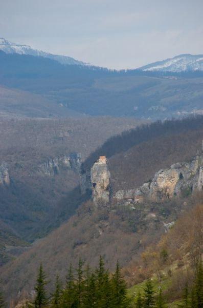 Церковь на скале в Грузии (9 фото)