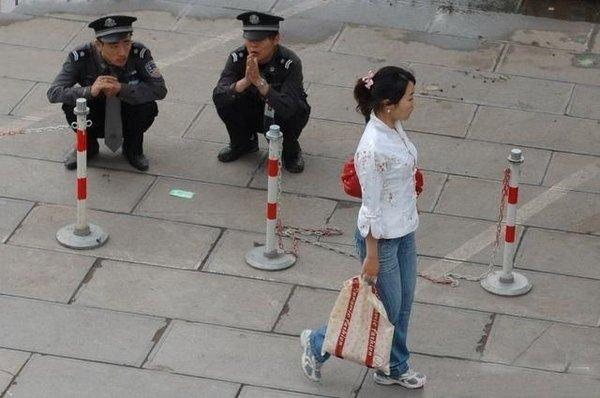 Китайские полицейские следят за порядком (4 фото)