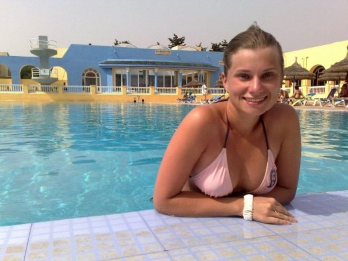 Девушки у бассейна (24 фото)