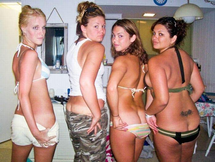 Девушки демонстрируют попки (56 фото)