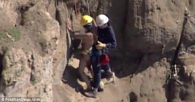 Спасение голой девушки со скалы (7 фото)