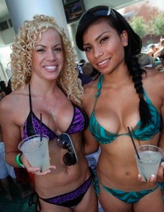 Девушки в бикини (59 фото)