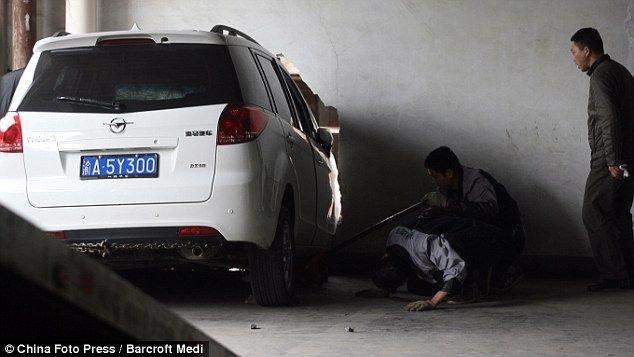 Машина против стены в Китае (4 фото)