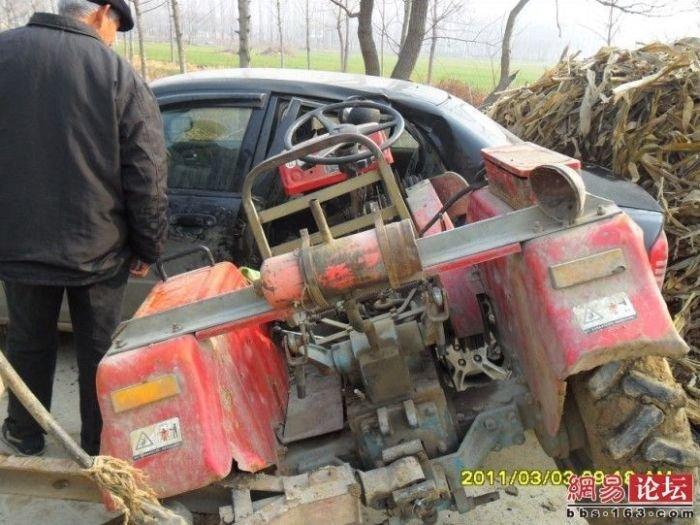Трактор против Мазды (7 фото)