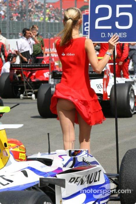 Попки девушек на автомобильных мероприятиях (112 фото)
