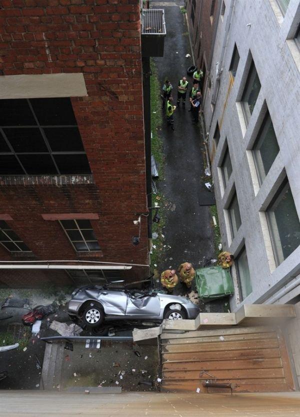 Неудачная парковка (2 фото)