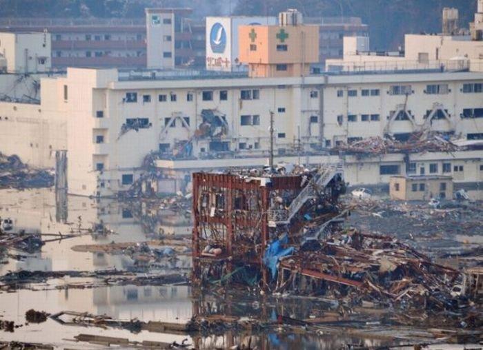 Во время и после цунами (3 фото)