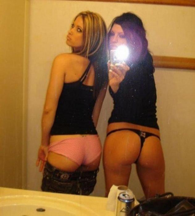 Девушки фотографируют свои попки (55 фото)