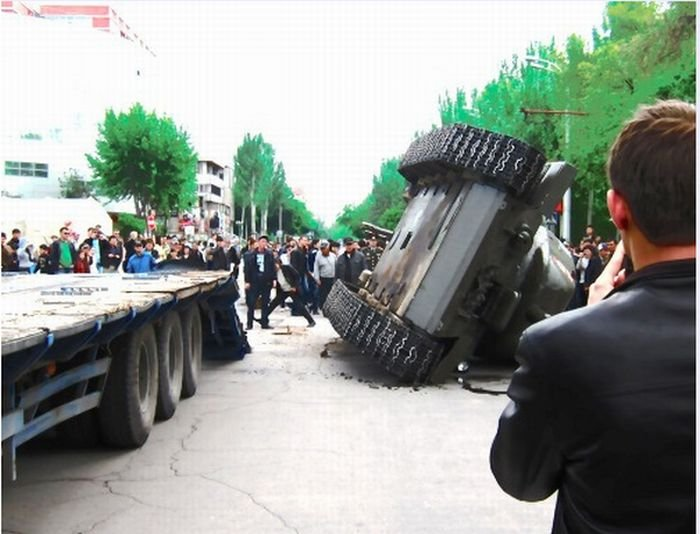 Перевернувшийся танк (4 фото)