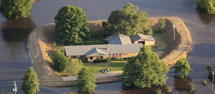 Дома, уцелевшие при наводнении (7 фото)