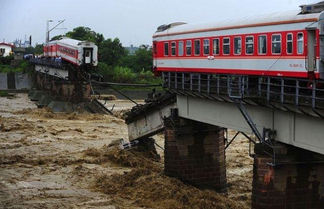 Обвал моста в Китае (7 фото)