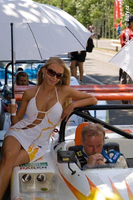Девушки на автогонках (71 фото)