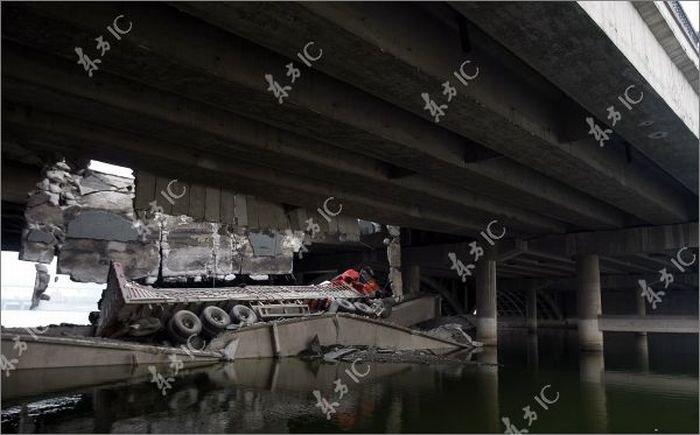 Грузовик провалился сквозь мост (11 фото)