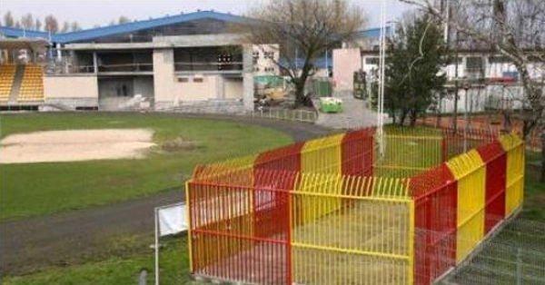 Самые плохие места на стадионах (16 фото)