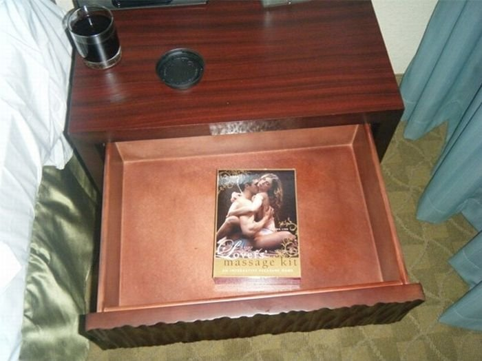 Подарок в гостиничном номере (3 фото)