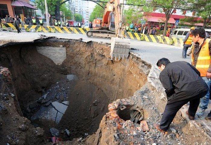 Провал асфальта в Китае (6 фото)