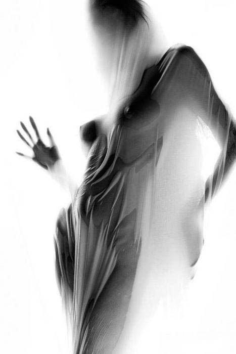 Девушки в прозрачной одежде (29 фото)