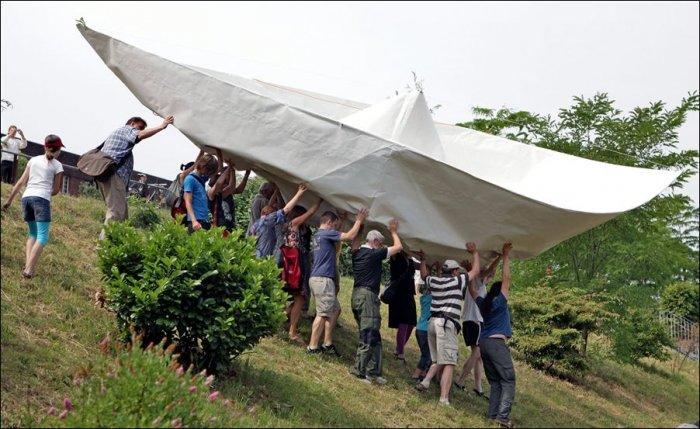 Огромный бумажный кораблик (2 фото)
