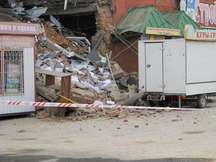 Обрушение стены торгового центра в Кургане (7 фото)